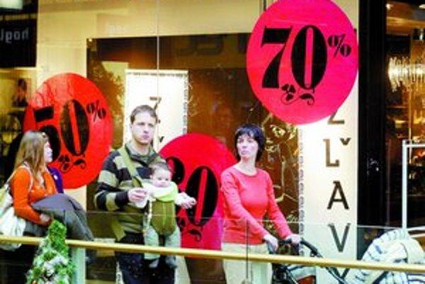 V nákupných centrách už vyše týždňa prebiehajú výpredaje. Podľa prieskumov Auparku v období zimných výpredajov sem chodí 77 percent žien na nákupy a 23 percent za zábavou.