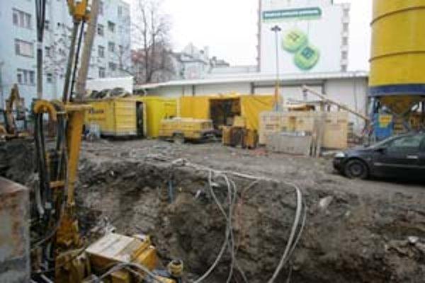 Veľká stavebná jama vznikla v týchto dňoch na mieste bývalého parkoviska oproti novostavbe pri obchodnom dome Tesco.