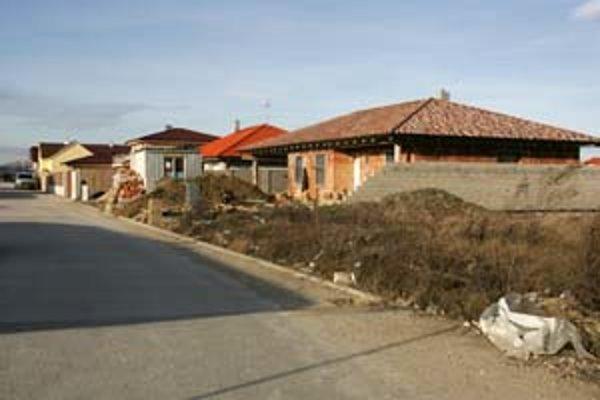 Problémom obcí pri Bratislave sú obyvatelia novostavieb. Síce tu bývajú a používajú obecnú infraštruktúru, ale mnohí tu nemajú trvalý pobyt. Obce tak prichádzajú o peniaze z ich daní.