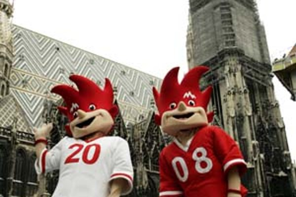 Maskoti, dvojičky Trix a Flix pózujú v centre Viedne. Jeden reprezentuje Rakúsko, druhý Švajčiarsko.