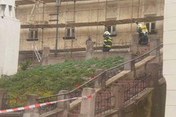 Bomba sa mala nachádzať priamo v centre.Polícia priestor ohradila.
