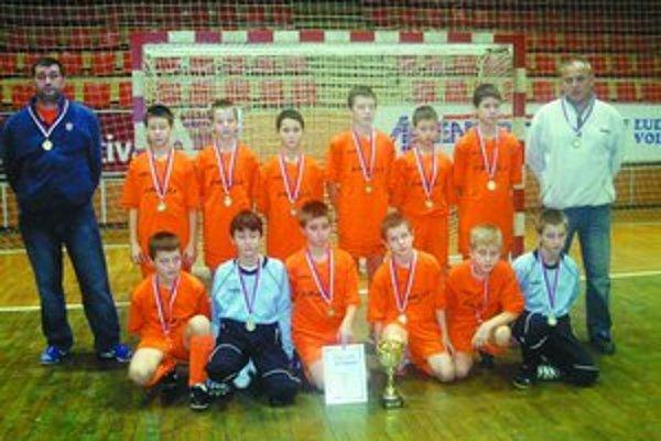 Nečakanými víťazmi futbalového turnaja mladších žiakov Šaľa 2008 sa stali hráči Vrakune.