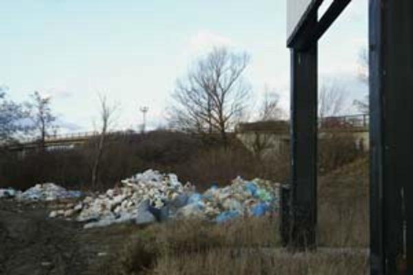 Cesta, ktorá vedie z Čiernej Vody k Ivanke pri Dunaji. Hromadia sa pri nej odpadky.