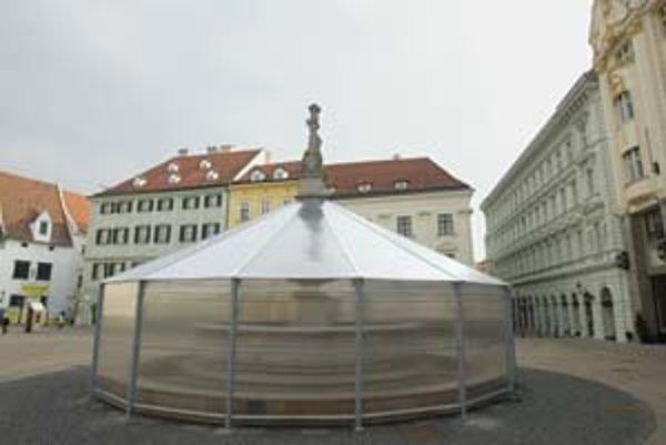 Pred týždňom Paming nanovo zazimoval fontánu na Hlavnom námestí. Konštrukcia pôsobí masívne, podľa Jozefa Tótha má chrániť aj pred vandalmi.