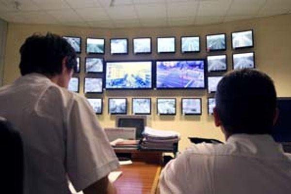 V riadiacom stredisku U dvoch levov na Špitálskej ulici sledujú dopravu službukonajúci policajti. Kamery umiestnené na vysokých stožiaroch sa otáčajú v uhle 360 stupňov. Zároveň dostávajú policajti každú sekundu informácie z počítačom riadených semaforov.