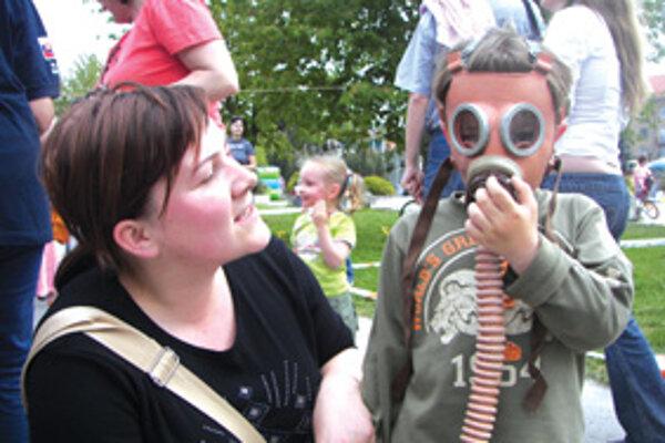 """Návštevníci si mohli vyskúšať prechod """"zamoreným"""" prostredím v plynovej maske."""