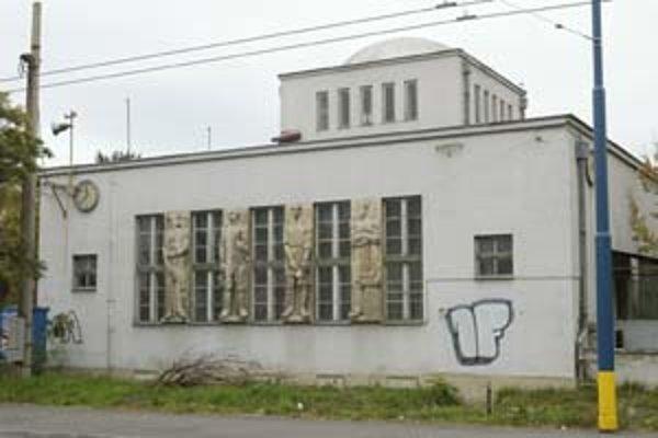 Budova bývalej radnice z medzivojnového obdobia je dielom architektov Ludwiga a Danielisa.