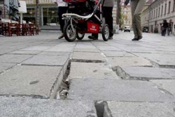 Po zavedení nových pravidiel v bratislavskej pešej zóne ubudlo áut. Samospráva však má stále problémy s rozpadávajúcou sa dlažbou, preto chce obmedzenia pre vodičov ešte sprísniť.