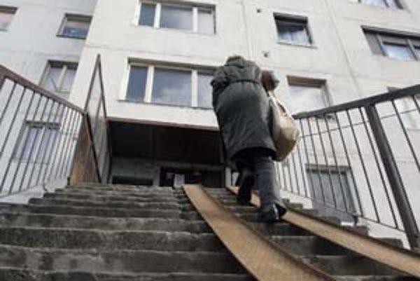 Mesto by chcelo mať na Kopčianskej slušné nájomné byty, najskôr si však musí poradiť s čiernymi nájomníkmi a neplatičmi. S niektorými sa už roky súdi o to, aby byty vypratali.