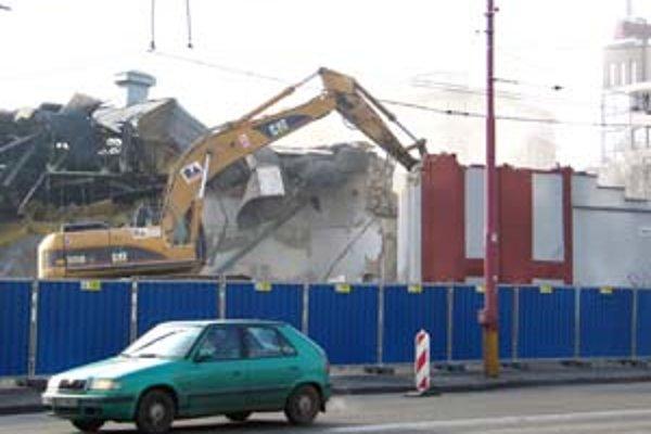 Na komín, výrobnú halu a kotolňu v areáli Kablo nemala spoločnosť Twin City asanačné povolenie. Ich zbúranie zdôvodnila narušenou statikou. Proti miliónovej pokute, ktorú jej za to stavebný úrad uložil, sa chce odvolať.