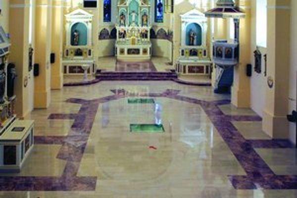 Farebne odlíšené dlaždice vo vajnorskom kostole naznačujú pôdorys gotickej svätyne. V období baroka tu vyhĺbili priestor pre kryptu, do ktorej sa dá nahliadnuť sklenenými priezormi. Svoj účel asi nikdy neplnila, presakovala tam voda.