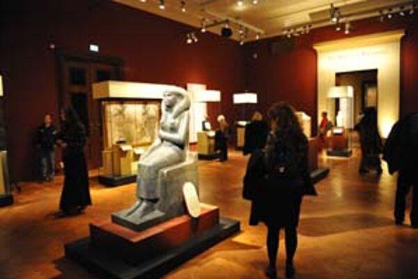 Viedeň si dala záležať aj na špeciálnom osvetlení exponátov. Miestnosti sú postupne tmavšie a v posledných sú osvetlené už len vitríny. Na snímke socha kráľovnej Nefertiti.