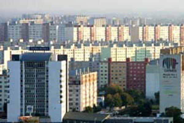 Prvé paneláky sa začali stavať koncom 70. rokov v časti Háje. Pôvodne tam stáli dve osady – Ovsište a Starý Háj, podľa ktorých sa časti sídliska dnes volajú. V Ovsišti bol les a horáreň.
