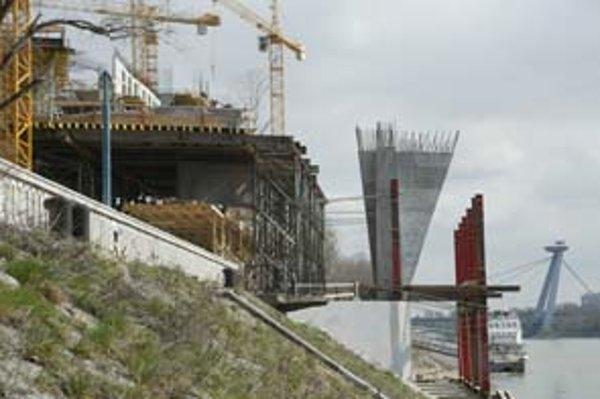 Takmer nad rieku vysunul časť svojej stavby River Park na nábreží.
