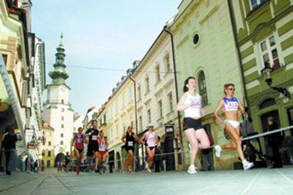 Lanská víťazka Dana Janečková (vpravo) na maratónskej trati v historickom centre.