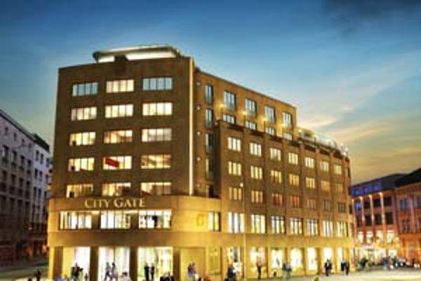 Vyše polstoročný dom vo funkcionalistickom štýle pri bývalom DPOH prerába investor na byty a obchody.