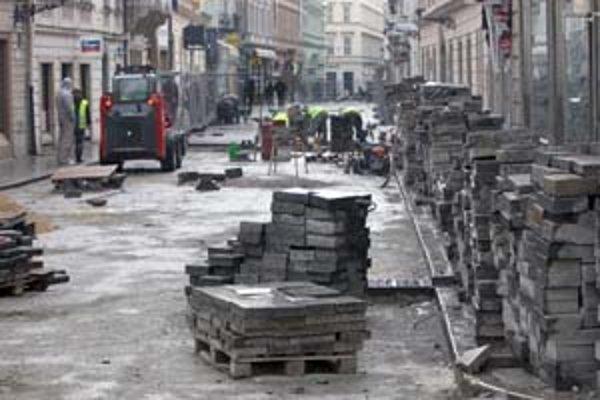 Rekonštrukcia dlažby na Panenskej ulici od Laurinskej po Strakovú by mala trvať do 16. apríla.