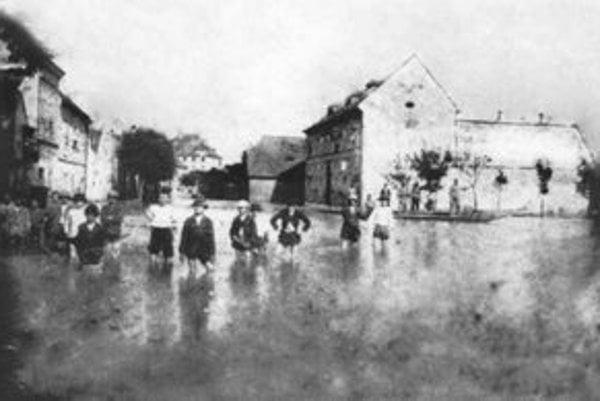 Povodeň z roku 1899, priestor pred kostolíkom (bývalé Kostolné námestie), v pozadí dom na Šťukovej ulici.