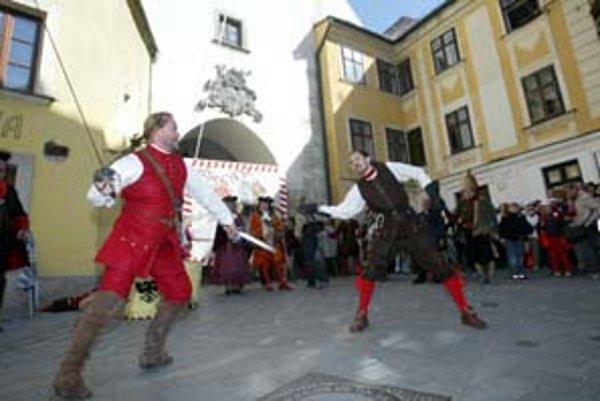 Dni otvorených dverí samosprávy mesta sa tradične začnú v sobotu symbolickým odpečatením Michalskej brány a pozvánkou pre všetkých do Bratislavy. Odpečatenie budú sprevádzať ukážky šermu a jazdeckých bojových umení.