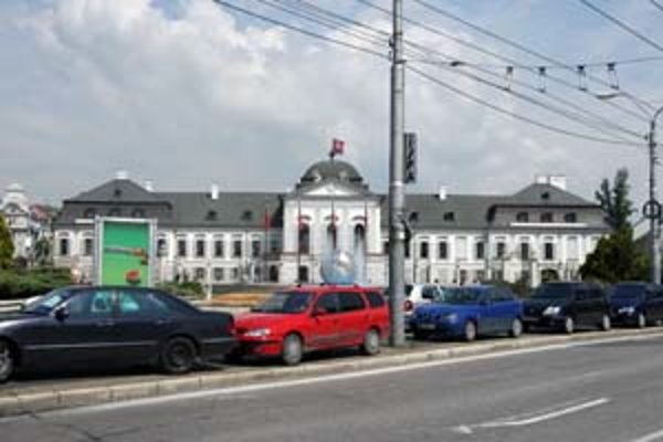 V Petržalke je vyše 18-tisíc parkovacích miest, chýba 40-tisíc. Na snímke situácia na Wolkrovej ulici.