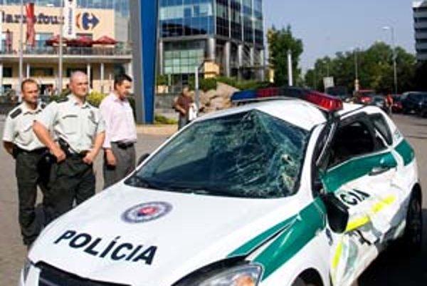 Nehodu električky s policajným autom zrejme spôsobil jeho vodič. Je v nemocnici.
