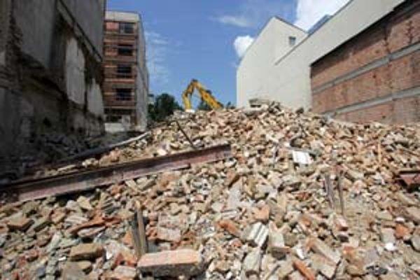 Budovu, v ktorej bolo kino Hviezda, včera zbúrali. Investor tu plánuje stavať.