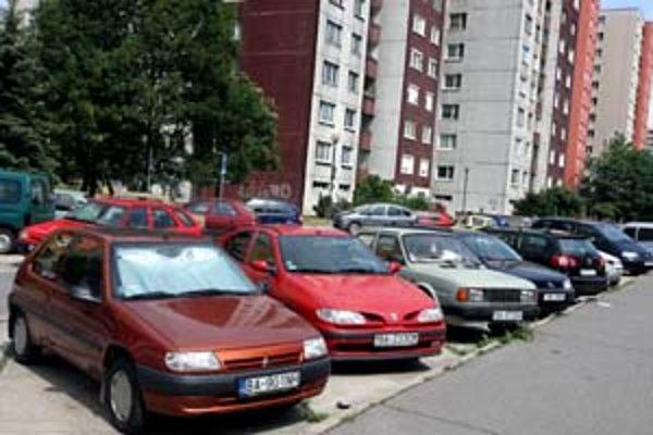 Napriek tomu, že v Petržalke je problém nájsť voľné parkovacie miesto, o vyhradené parkovanie je veľmi nízky záujem. Môže za to cena 18-tisíc ročne za miesto.