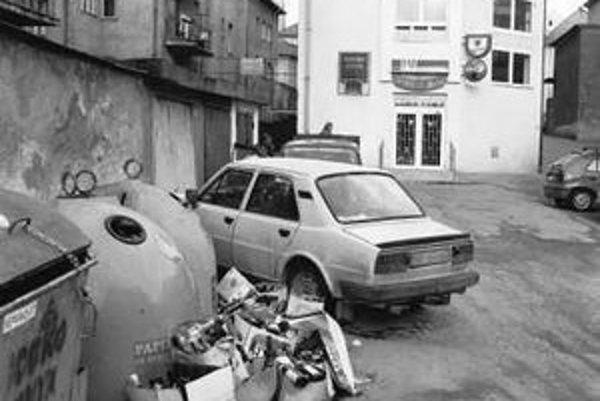 K niektorým kontajnerom sa autá odvážajúce odpad ani nedostanú, bránia im v tom parkujúce vozidlá.