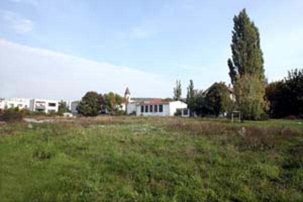 V areáli obchodnej akadémie v Lamači chce investor postaviť zimný štadión. Zatiaľ sa nevie, ako tento zámer prijmú občania.