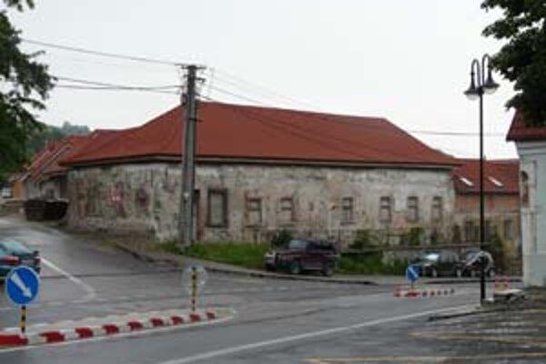 Bývalý kaštieľ má už modernú strechu.