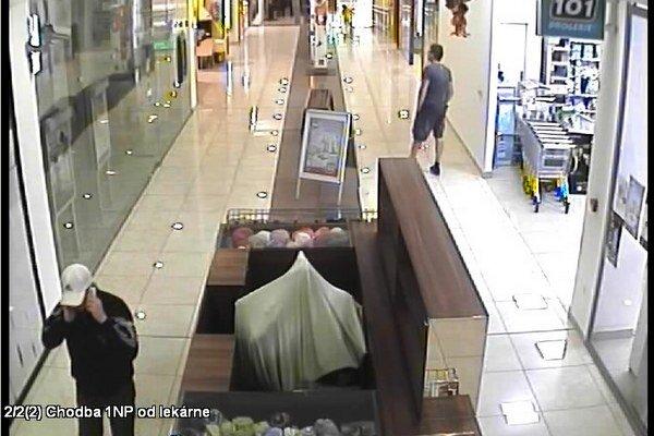 Polícia pátra po mužovi so šiltovkou na hlave.