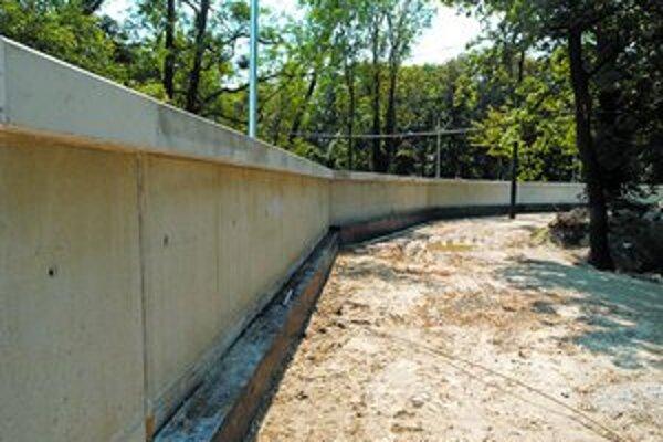 Protipovodňový múr je asi meter vysoký.