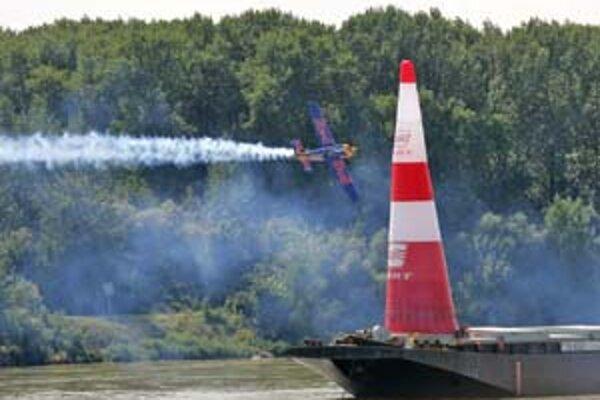 Víťaz včerajších leteckých pretekov Rakúšan Hannes Arch musel nad hladinou Dunaja prelietavať rýchlosťou 275 km/h medzi 20 metrov vysokými pylónmi.