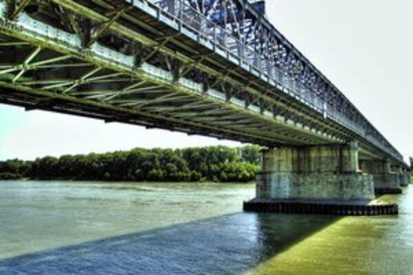 Starý most je predbežne chránený, ministerstvo kultúry začalo konanie o jeho vyhlásení za pamiatku. Prípadný zápis by sa mal vzťahovať na mýtne domčeky a mostné piliere, jediné dochované časti pôvodného Mosta Františka Jozefa.