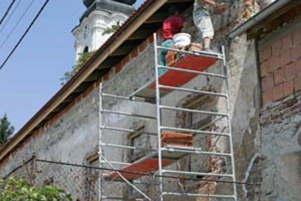 Reštaurátorské práce na fasáde kaštieľa sú už pomaly ukončené. Počas nich odkryli až devätnásť vrstiev omietky. Najstaršia časť domu je portál s oknom.