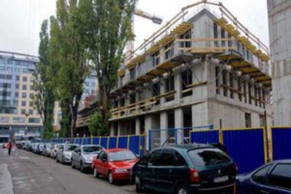 Medzi ulicami Košická a Viktorínova sa stavia polyfunkčný objekt Viktória. Obchodné a kancelárske priestory doplní 152 bytov. Najvyšší zo štyroch blokov bude mať 12 podlaží.