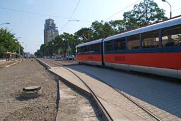Na Záhradníckej sa v lete robila celková rekonštrukcia električkovej trate. Časť z nej by mali v budúcom roku zatrávniť.