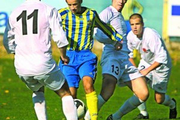 Matej Timkovič (v žlto–modrom) z FC Ružinov prispel jedným gólom k víťazstvu 4:1 svojho tímu nad Recou v zápase 11. kola III. futbalovej ligy.