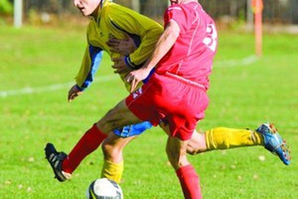 Najväčším nebezpečenstvom pre Trnávku bol vo štvrťfinále Pohára BFZ Tomáš Šlachta (v žltom), ktorého na zábere zastavil Marek Vejřík. Zo zápasu FC Ružinov - Trnávka 2:0.