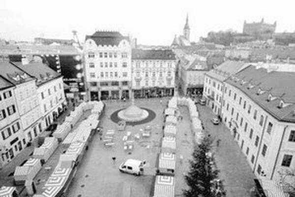 Zajtra o 16. hodine sa začnú Vianočné trhy . Občerstvenie a darčeky budú ponúkať predajcovia v 106 stánkoch na Hlavnom a Františkánskom námestí a na nádvorí Starej radnice.