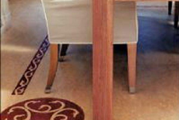Linoleá rôznych dezénov a farieb možno kombinovať a vytvárať tak na podlahe vzor. Jednotlivé kusy linolea sa zvárajú s pridaním zváracej pásky dodávanej vo farbách linolea. Súčasťou ponuky výrobcov bývajú tiež rôzne bordúry a intarzie, vzory podľa vlastne
