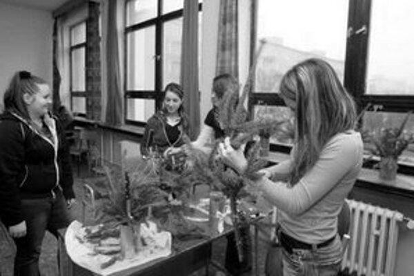 Na jednej z hodín počas protidrogového dňa vyrábali žiaci vianočné ozdoby z odpadu.