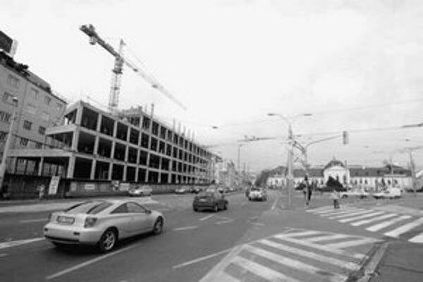 Výstavba Astorie Palace na Suchom mýte sa predlžuje. Napriek tomu, že investor na jeseň sľuboval, že hrubá stavba bude hotová do konca roka, chýba ešte niekoľko poschodí.