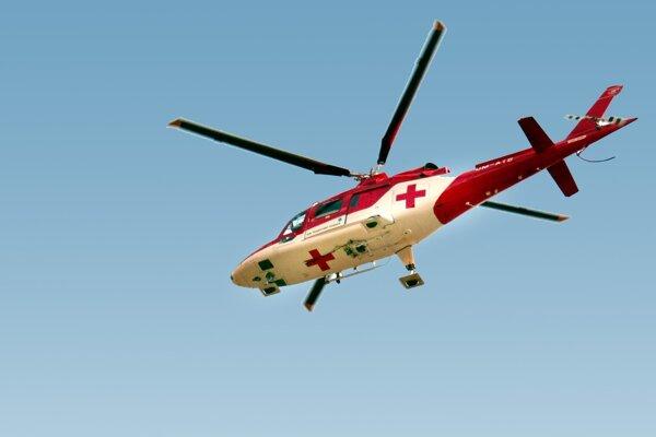 Pri vážnej nehode musel zasahovať vrtuľník.