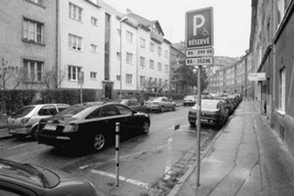 Žiadosti o vyhradené parkovacie miesta presahujú ich počet. V Starom Meste napríklad majitelia áut ročne zaplatia viac ako 52-tisíc korún. Domáci môžu dostať zľavu a parkovať za 10-tisíc korún ročne.
