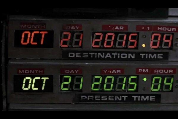 Marty McFly a Doc Brown pricestovali vo filme Návrat do budúcnosti II z roku 1989 do roku 2015.