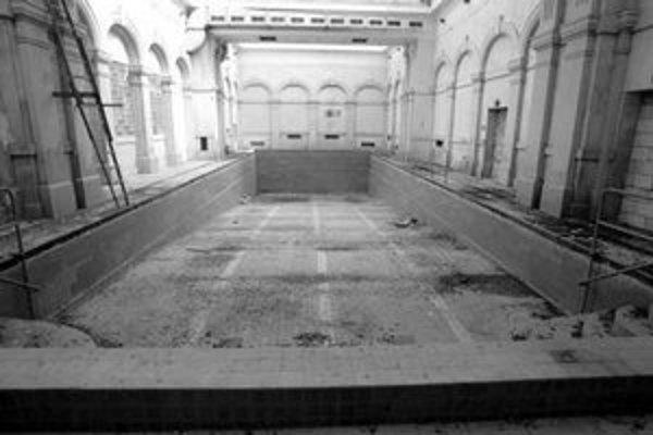 istorické kúpele v centre mesta chátrajú a devastujú ich holuby.