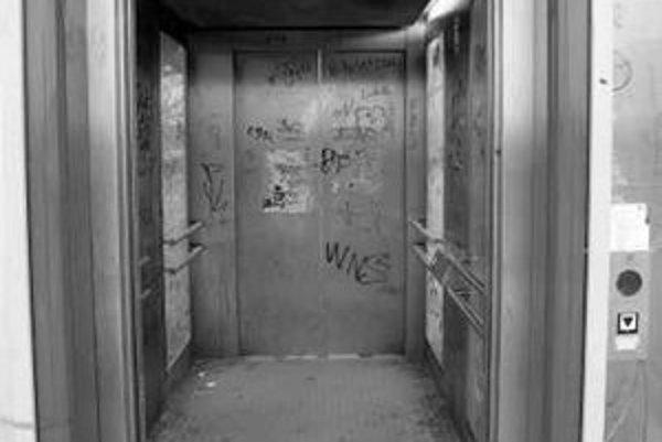 Výťahy na lávke nad diaľnicou pri Inchebe ničia vandali, na stenách sú graffiti a postŕhané plagáty, na zemi bývajú aj odpadky.