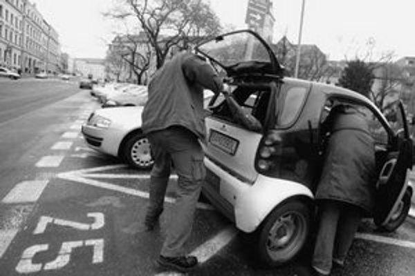 Zlodeji rátajú s chvíľkovou nepozornosťou. Využijú okamih, keď si človek ukladá nákup či vyzlieka kabát a ukradnú mu veci, ktoré má v kufri alebo na sedadle auta.