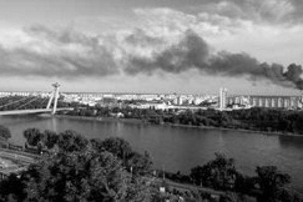 Júnový požiar v sklade Detoxu v Petržalke bolo vidno z celej Bratislavy. Z Kopčianskej ulice sa valili kúdoly čierneho štipľavého dymu. Pre podozrenie, že horia aj nebezpečné odpady, vtedy policajti vyzývali obyvateľov, aby si radšej zatvorili okná.